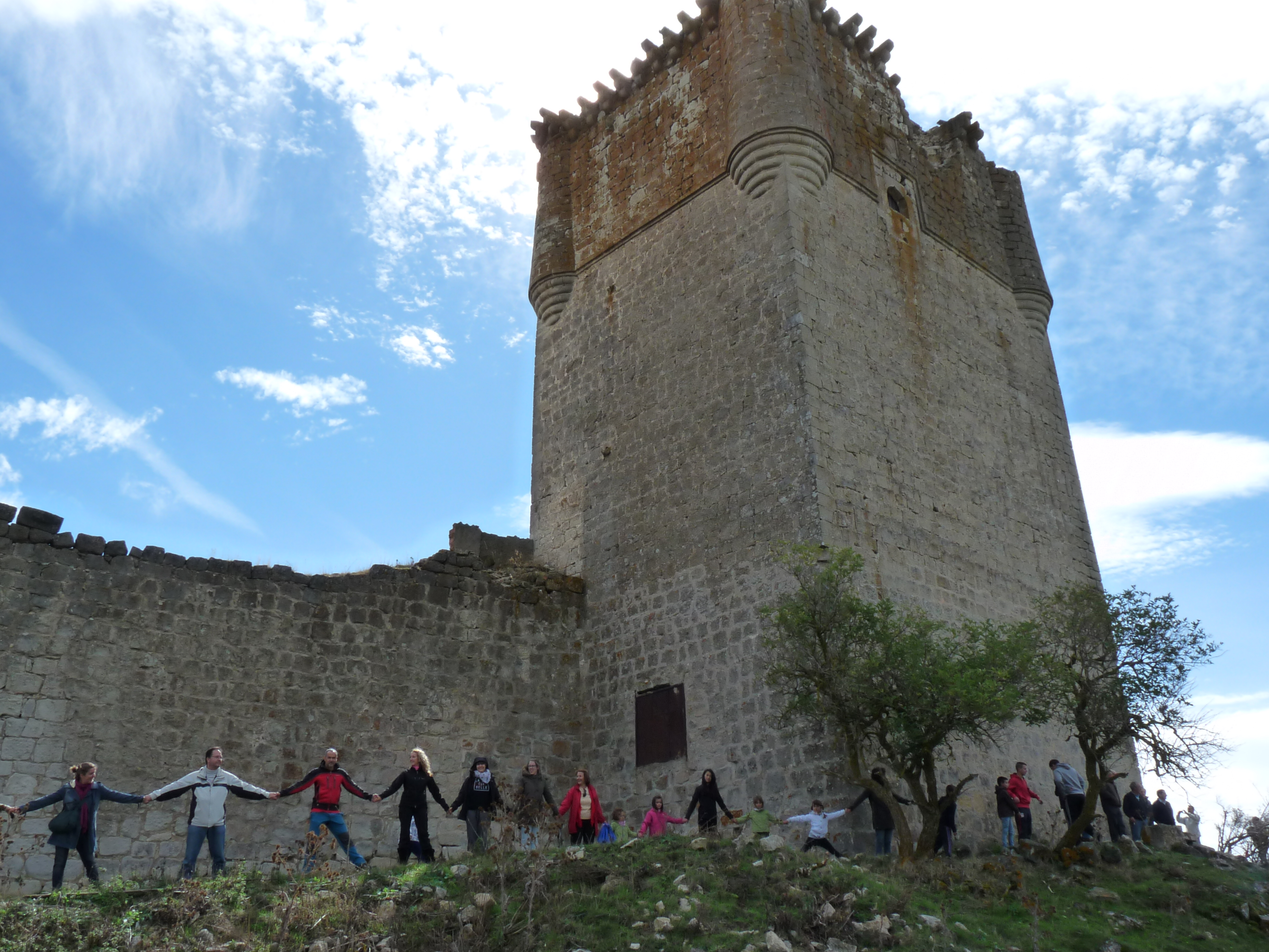 Cadena humana en el castillo de Galve